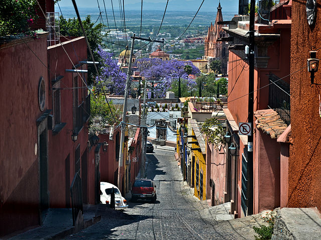 640px-The_narrow_streets_of_San_Miguel