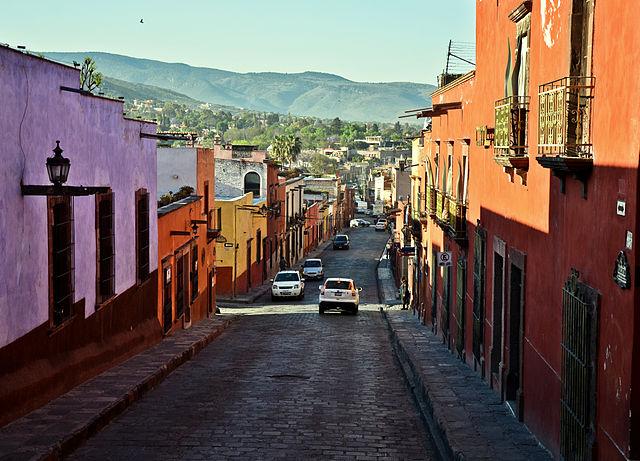 640px-San_Miguel_de_Allende_surrounded_by_hills
